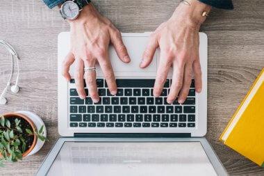 Unternehmer schreibt eine Rechnung mit einem Rechnungsprogramm